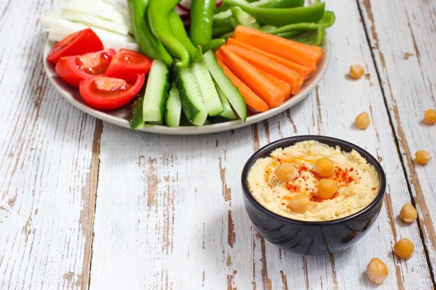 humus tazon palitos verduras garbanzos aceitunas
